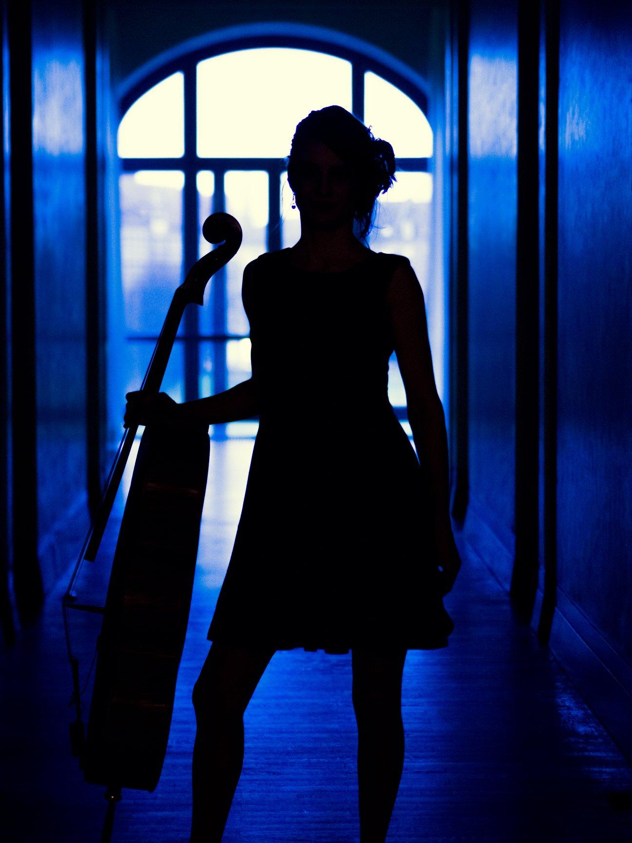 Silhouette, stehend, Cello
